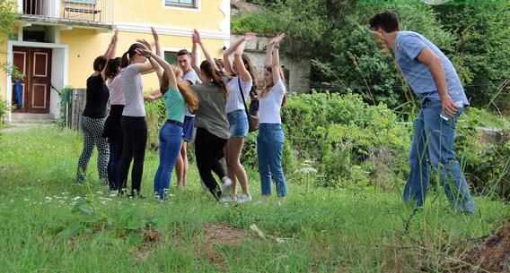 Gruppendynamische Übung mit mehreren Leuten im Garten