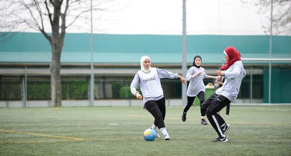 Muslimische Mädchen beim Fussballspielen