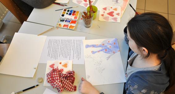 Kind beim Malen mit Wasserfarben