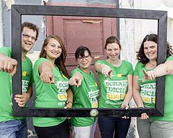 Gruppenfoto durch Bilderrahmen