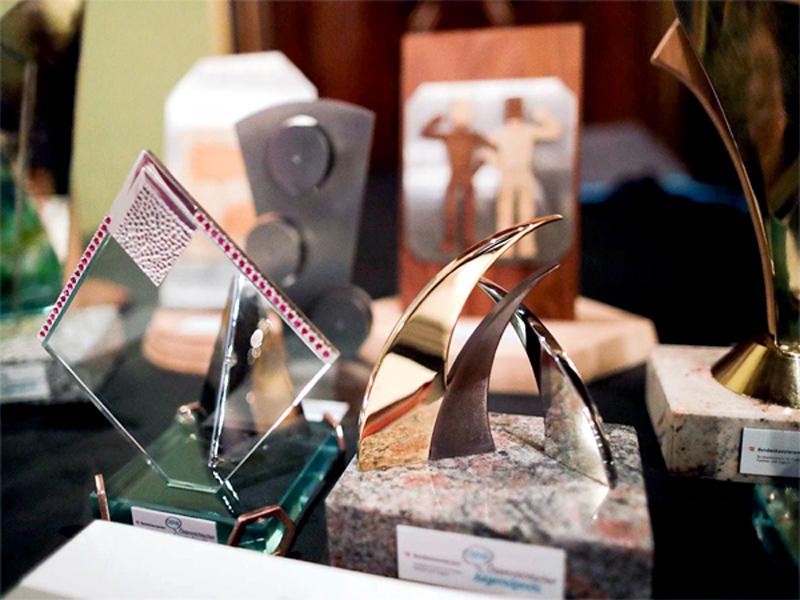 Pokale für den Jugendpreis 2018