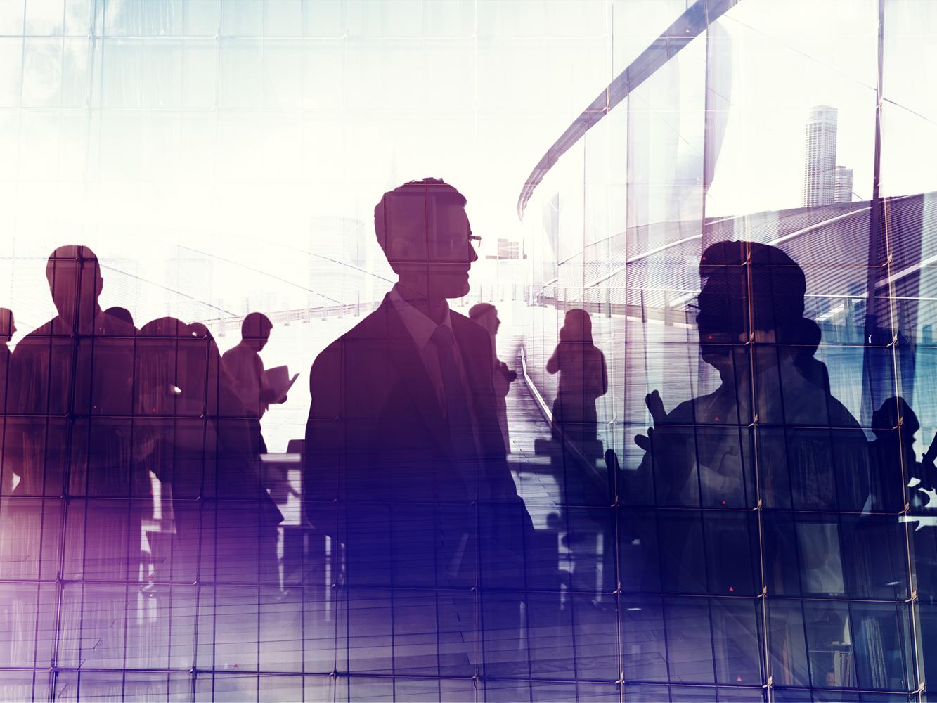 Fotomontage einer Silhouetten von Menschen, dahinter modernes Gebäude