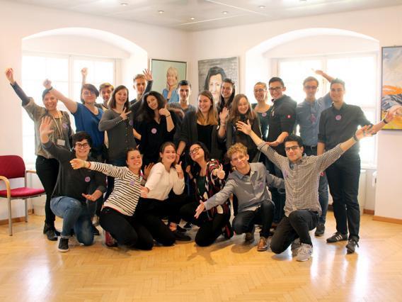 Gruppenbild der Get-Active Gruppe - alle Jugendlichen jubeln