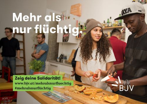 """Titelbild des Folders """"Mahr als nur flüchtig"""" - 2 Jugendliche die miteinander kochen"""