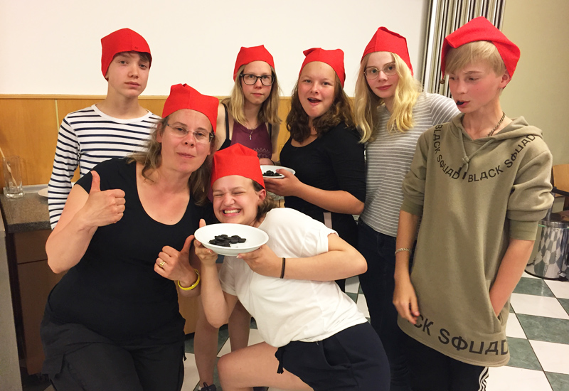 Jugendliche mit roten Mützen