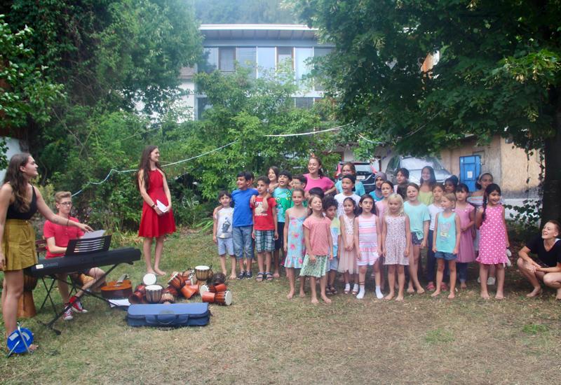 Gruppe von Mädchen im Garten