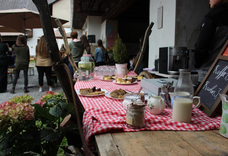 Tisch mit rot-weiß kariertem Tischtuch und Gläsern und Kuchen drauf