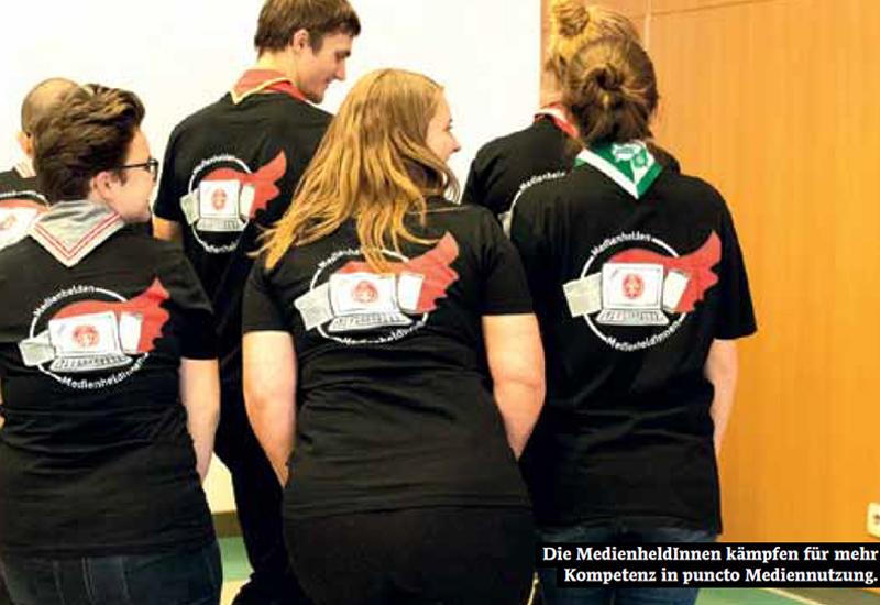 Personen von hinten fotografiert mit schwarzen T-Shirts und Aufdruck am Rücken