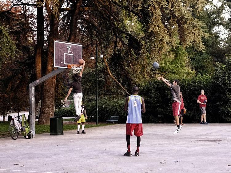 baskettball platz mit spielern