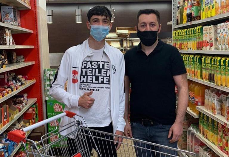 2 Jugendliche mit Masken im Supermarkt