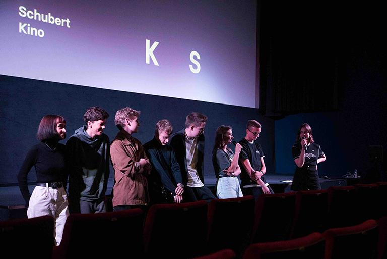 Gruppenbild vor der Kinoleinwand