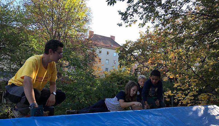 Kinder beim Montieren am Dach