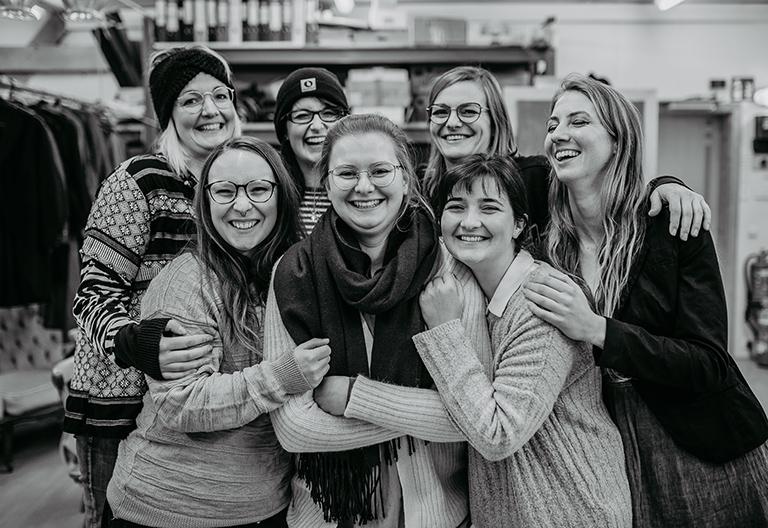 Gruppenfoto junger Mädchen in schwarz-weiß