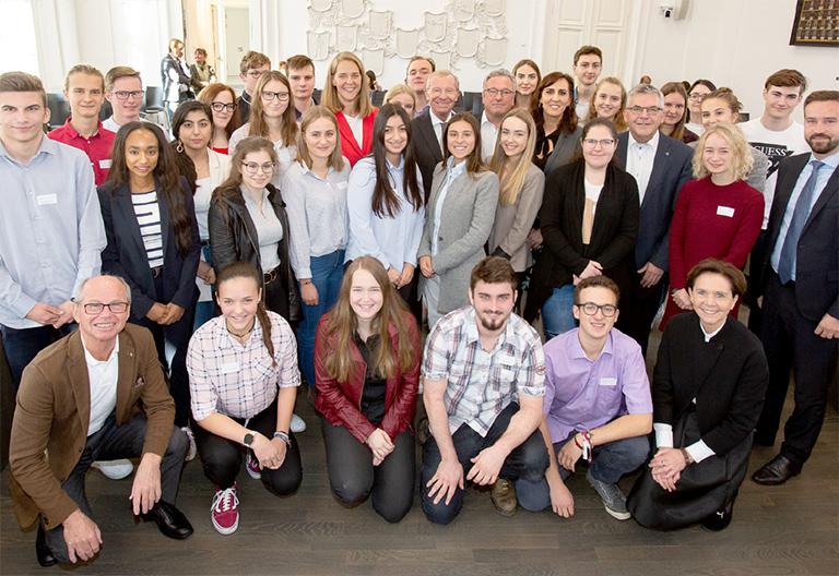 Gruppenbild Jugendliche und MitarbeiterInnen der Landesregierung