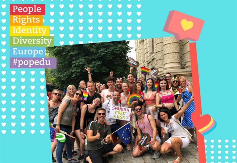 Gruppenbild mit Regenbogenfahnen
