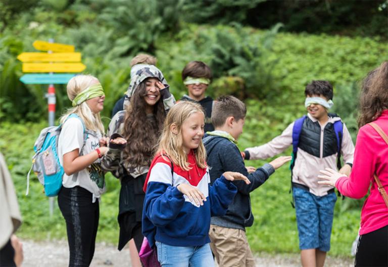 Kinder beim Spazieren im Wald